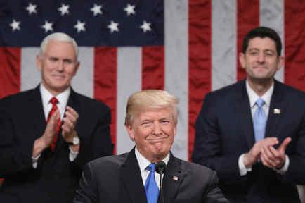 El presidente Donald Trump, flanqueado por el vicepresidente Mike Pence y Paul Ryan