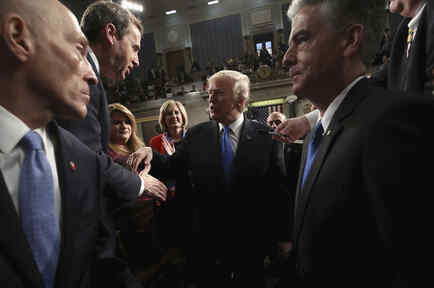 El presidente de Estados Unidos, Donald Trump, estrecha manos a su salida tras su primer discurso sobre el Estado de la Unión.