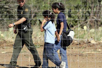 Un agente de la Patrulla Fronteriza con dos menores separadas de sus padres en Texas, en una imagen de archivo.
