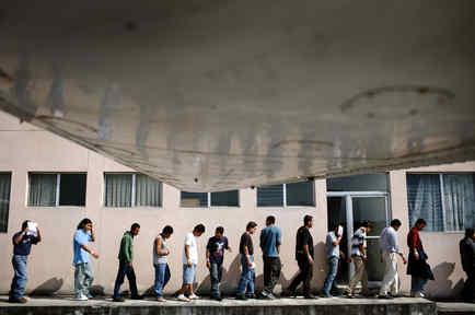 Los guatemaltecos que fueron deportados de los Estados Unidos llegan al aeropuerto en la ciudad de Guatemala, el viernes 7 de noviembre de 2008.