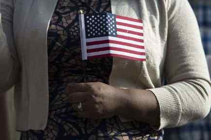 """El plan de DHS complicaría a los inmigrantes a obtener """"green card"""" o ciudadanía."""