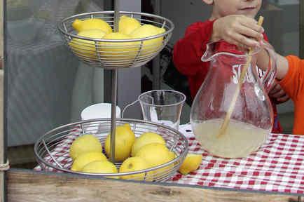 Imagen de archivo de unos niños en un puesto de limonada.