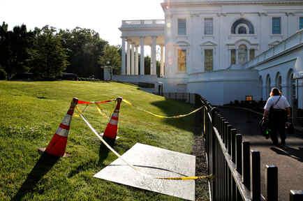 El socavón en el jardín norte de la Casa Blanca es cubierto con un trozo de madera, en el césped junto a la sala de información de la Casa Blanca. AP / Jacquelyn Martin