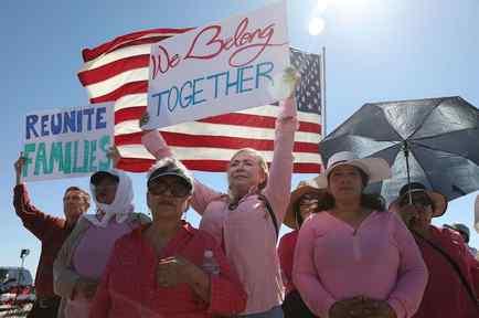 Activistas protestan por la separación de familias inmigrantes en Texas.