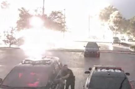 Un rayo cae junto a un policía de Apopka (Florida) el martes.