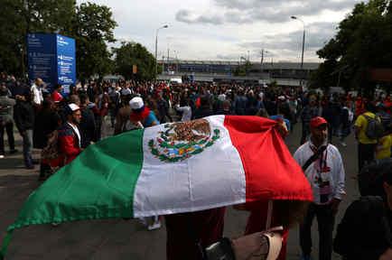 Bandera de México en las calles tras triunfo de selección mexicana que pasa a octavos de final. Imagen de archivo