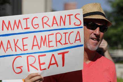 Un hombre protesta contra las políticas migratorias de Trump