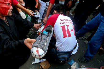 Una zapatilla de una víctima de la violencia en Nicaragua manchada por la sangre de sus heridas