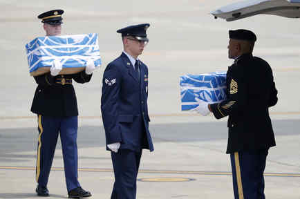 Soldados transportan los restos en una ceremonia en Corea del Sur el 27 de julio.
