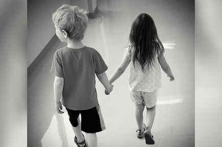 Niños se dan la mano en una imagen de archivo