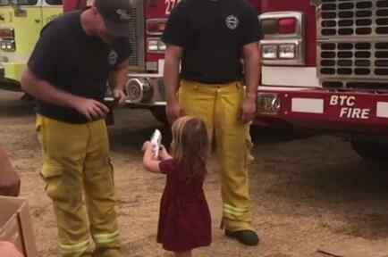 Gracie Lutz reparte comida a los bomberos