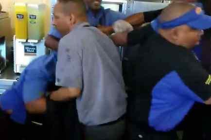 Otros empleados tuvieron que intervenir para detener la pelea.