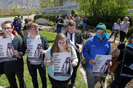 Manifestantes protestan en abril de 2016 en solidaridad con víctimas de abuso sexual en el campus de la Universidad Brigham Young en Provo, Utah