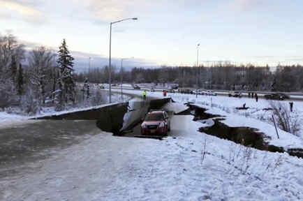 Un carro atrapado tras el hundimiento de una carretera este viernes por el terremoto en Anchorage.