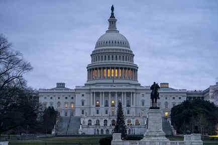 El Capitolio, en Washington, se observa bajo el cielo gris de una madrugada.