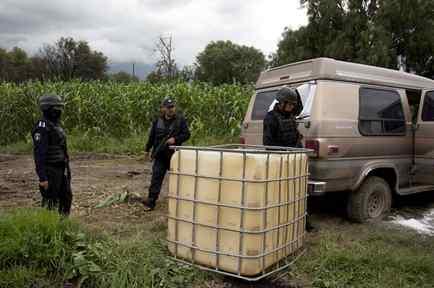 La policía mexicana resguarda un vehículo abandonado que había sido utilizado para transportar gasolina robada en San Bartolome Hueyapan, Tepeaca