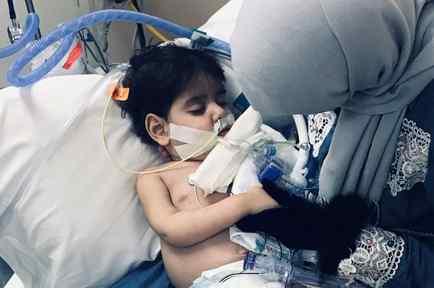 Shaima Swileh, de Yemen, sostiene a su hijo moribundo de dos años en el Hospital Infantil Benioff UCSF en Oakland, California.
