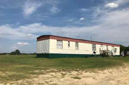 Algunas familias Latinas del Condado de Sampson, Carolina del Norte, viven en casas tráileres junto a los campos donde trabajan.