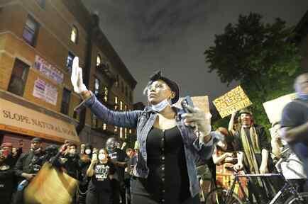 Manifestantes cerca del Barclays Center luego de una protesta por la muerte de George Floyd el 29 de mayo, en Brooklyn, Nueva York.