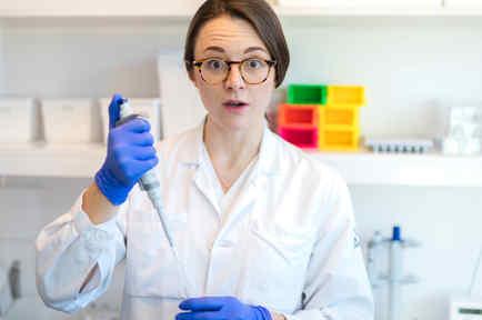Mujer en laboratorio