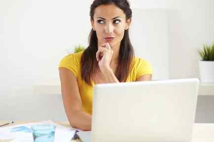 Mujer trabajo pensando