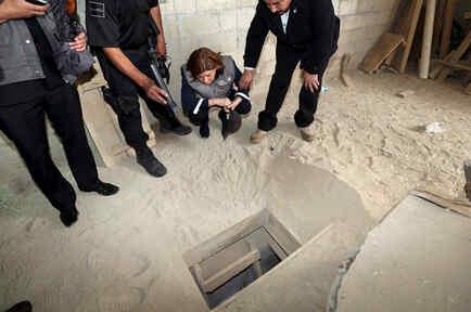 Personas mirando túnel