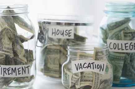 Frascos de ahorros con etiquetas