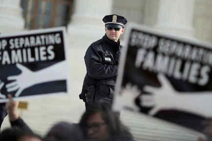 Activistas pro inmigración frente a la Corte Suprema de EEUU
