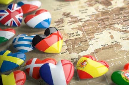 Mapa y corazones con banderas del mundo