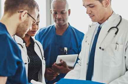 Médicos reunidos conversando