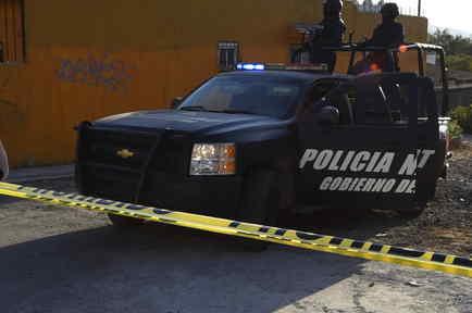 Policía de México vigila el escenario de un asesinato