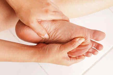 Mujer controlándose un pie