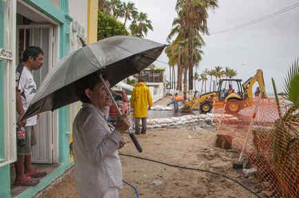 Residentes se preparan para la llegada de lluvias torrenciales al paso de la la tormentaLidia estejueves 31 de agosto de 2017, en la Paz, en Baja California (México).