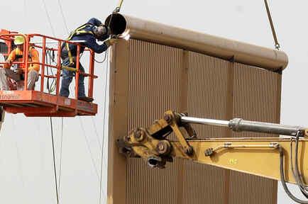 Pruebas en los prototipos de muro construidos en San Diego.