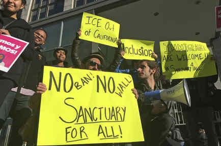 Manifestantes protestan a favor de las ciudades santuario