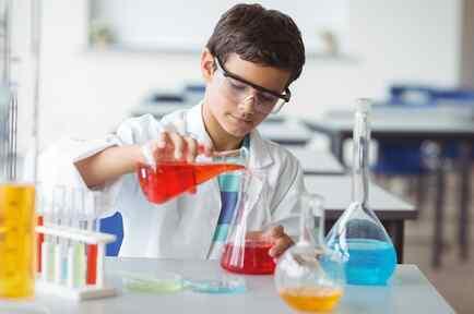 Niño experimentando con líquidos de colores