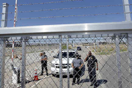 Entrada a un centro de detención de indocumentados