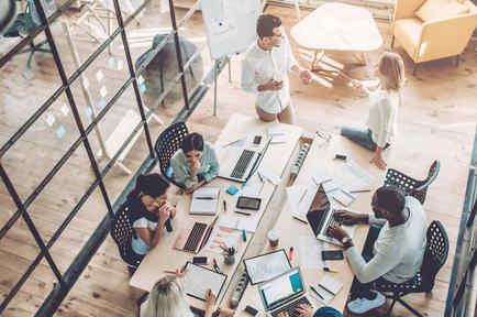 Jóvenes trabajadores en una oficina moderna