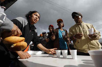 samaritanos de una iglesia sirven alimentos a los migrantes centroamericanos de la caravana que se quedan en los albergues de Tijuana