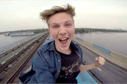 Pasha montando sobre un tren en Ukrania