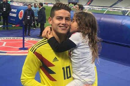 James Rodríguez cargando a su hija Salomé