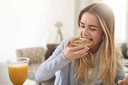 Mujer comiendo pan