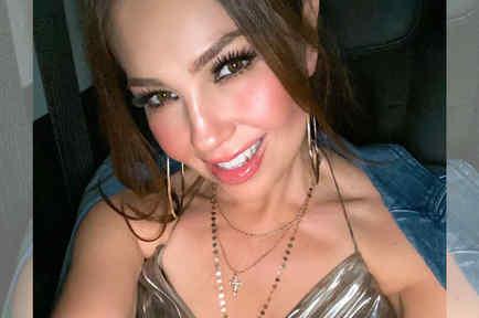 Thalía sonriendo