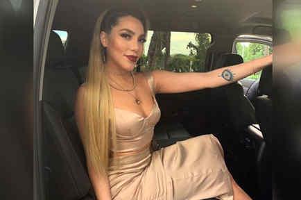 Frida Sofía posando en una camioneta