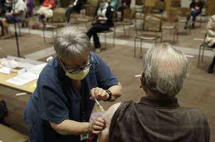 Personas vacunándose contra el COVID-19 en Arizona, EEEUU