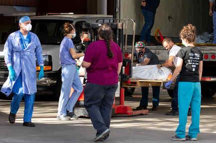Personal de salud en Arizona transporta fallecidos por COVID-19