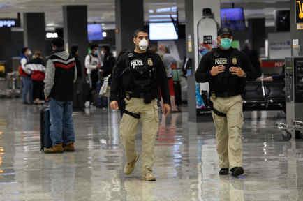 Polcías patrullan aeropuerto de Dulles, Virginia, EEUU