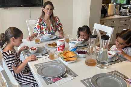 Jacky Bracamontes con sus hijas
