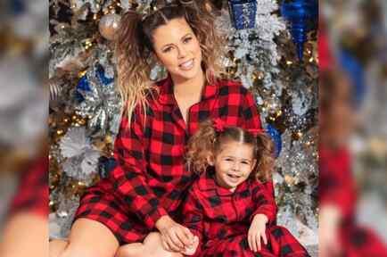 Ximena Duque posando embarazada con su hija Luna en Navidad