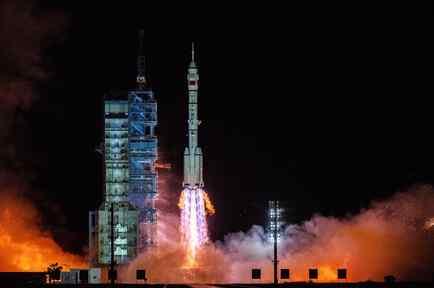 Despega con éxito cohete chino con tres tripulantes a bordo